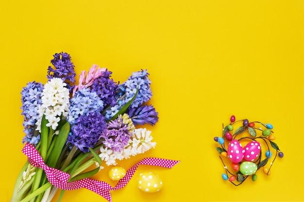 Fleurs de printemps et oeufs de pâques décoratifs. copiez l'espace, vue de dessus. concept de pâques.