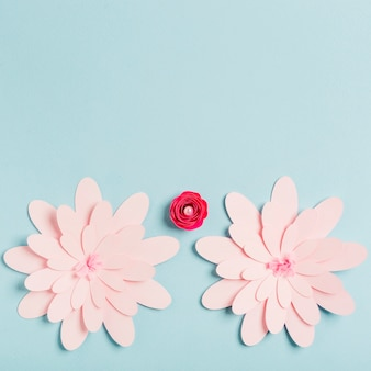 Fleurs de printemps en papier multicolore avec espace copie