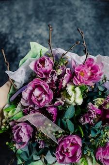 Fleurs de printemps. pivoines, tulipes, lis, hortensias
