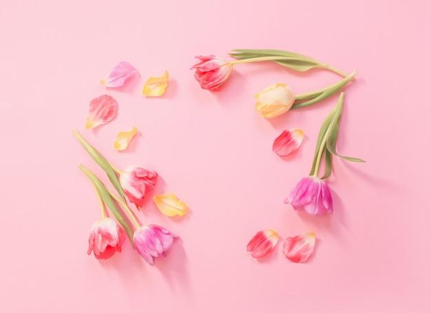Fleurs de printemps sur surface rose