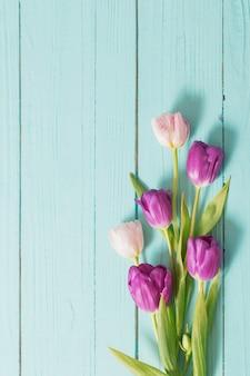 Fleurs de printemps sur table en bois menthe bleue