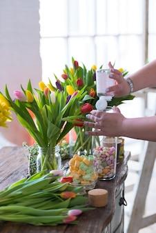 Fleurs de printemps sur une table en bois