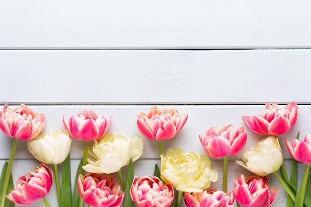 Fleurs de printemps. tulipes sur fond de couleurs pastel. carte de voeux style vintage rétro. fête des mères, carte de voeux de pâques.