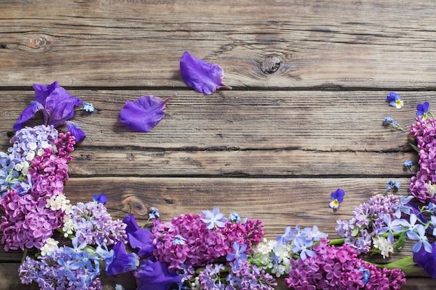 Fleurs de printemps sur vieux bois