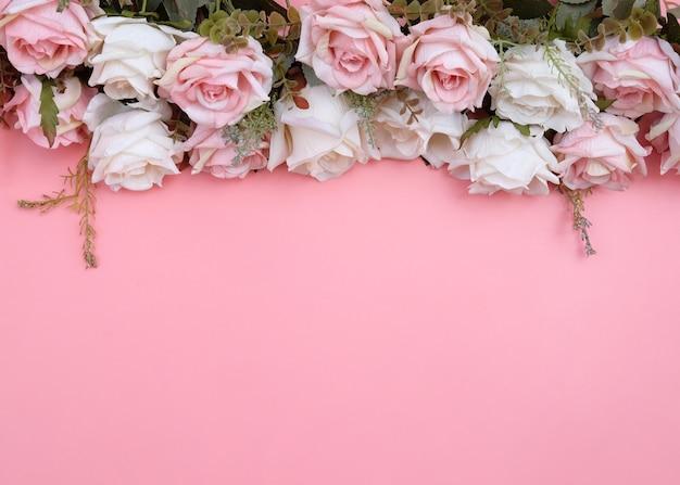Fleurs de rose rose pastel isolés sur rose