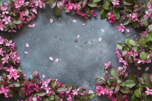 Fleurs roses d'arbre fruitier florissant sur table vintage.