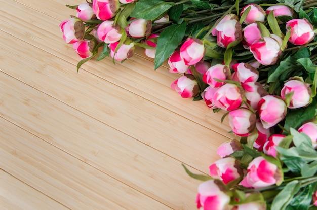 Fleurs roses arrangées avec une surface pour votre texte