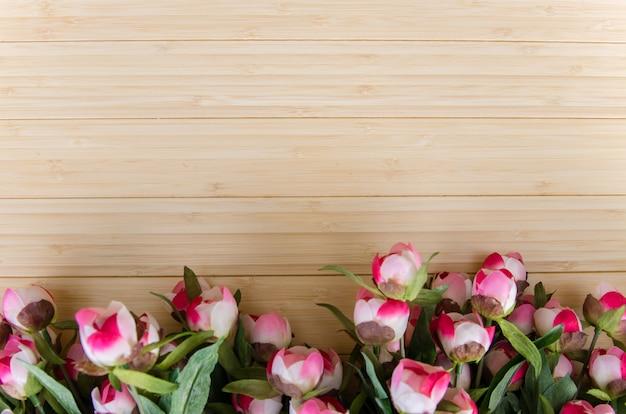 Fleurs roses disposées avec fond