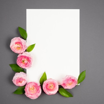 Fleurs roses encadrant l'espace vide