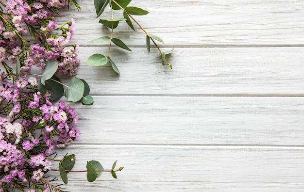 Fleurs roses et eucalyptus