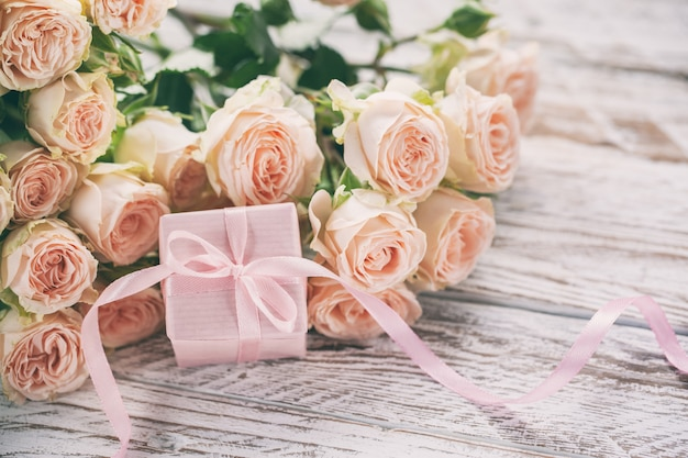 Fleurs roses roses et fond cadeau ou présent boîte rose.