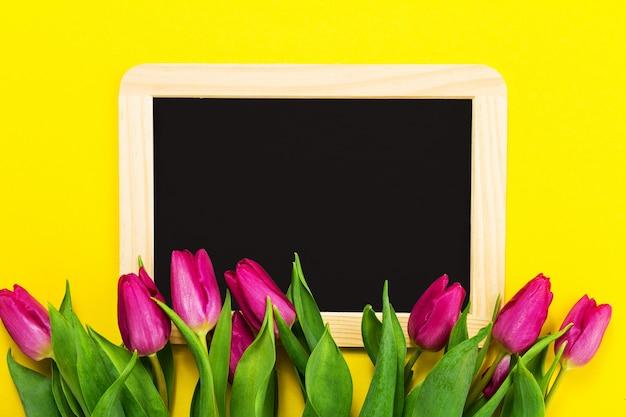 Fleurs roses sur un tableau noir,