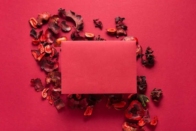 Fleurs rouges et feuille de papier vierge, fond de saint valentin