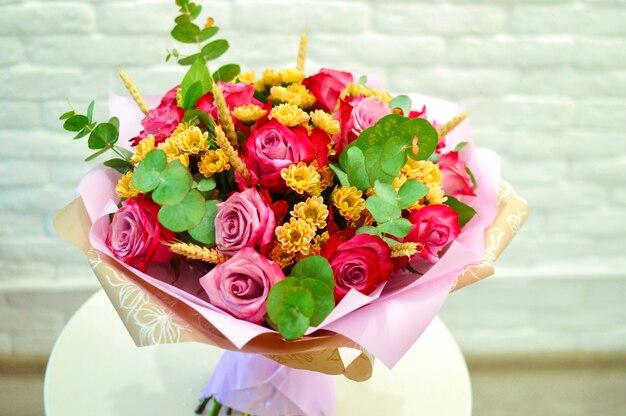Fleurs de la saint-valentin. arrangement floral de luxe. fleurs dans une boîte. cadeau floraison romantique. coeur aromatique. entreprise de fleurs.