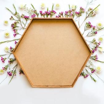 Fleurs sauvages autour de l'armature hexagonale