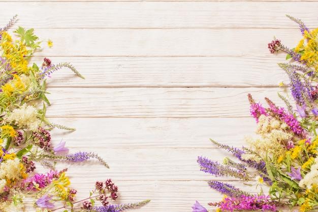 Fleurs sauvages sur bois blanc