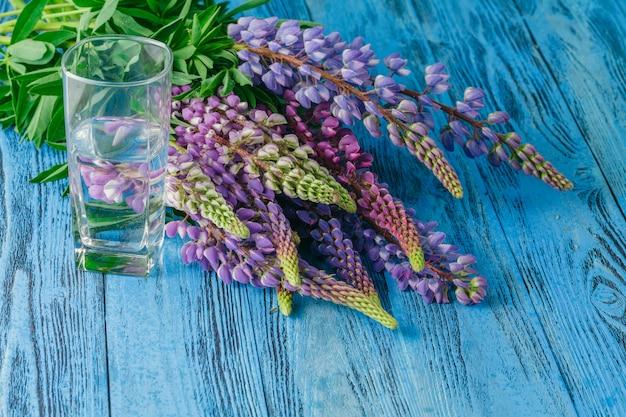 Fleurs sauvages d'été sur table bleue