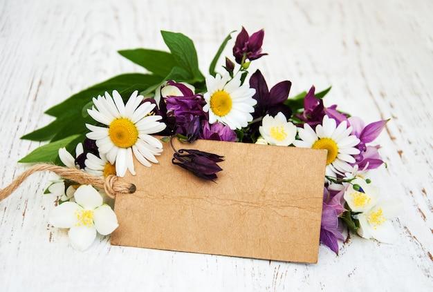Fleurs sauvages avec étiquette vintage