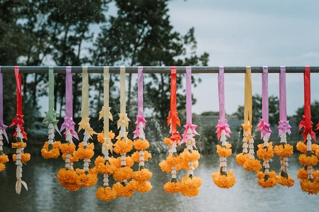 Des fleurs se dirigeant vers un culte bouddhiste.