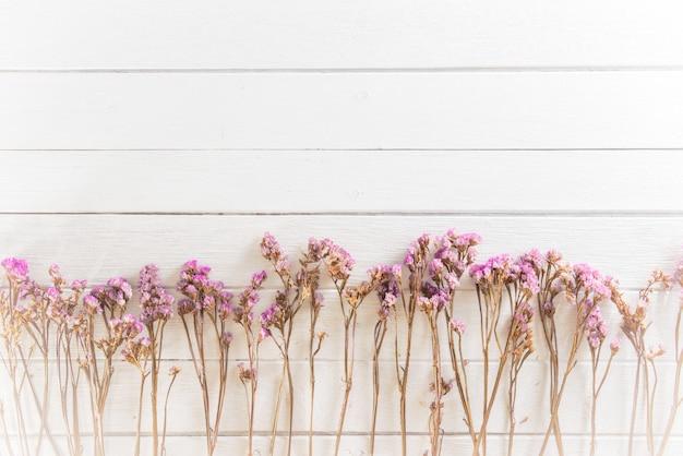 Fleurs séchées sur des planches de bois blancs