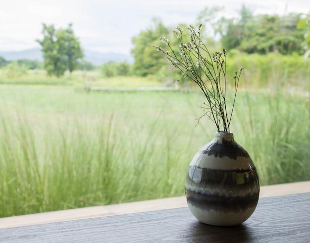 Fleurs séchées en pots.