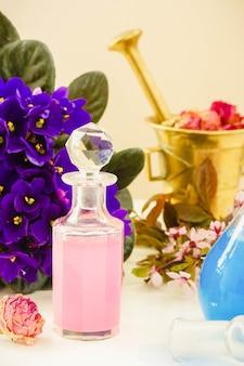 Fleurs sèches, fioles et mortier de teinture ou d'huile