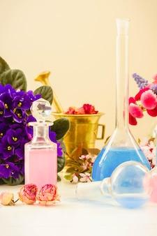 Fleurs sèches et flacons de teinture ou d'huile