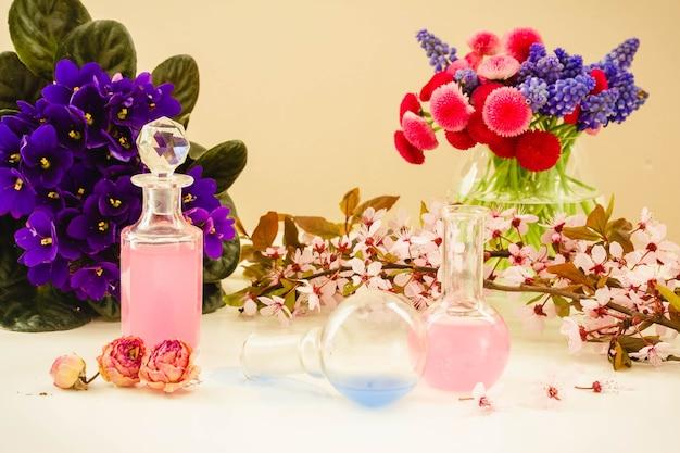 Fleurs sèches et flacons en verre de teinture ou d'huile