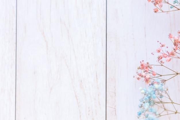 Fleurs sèches sur une surface en bois, mise au point sélective, humeur printanière