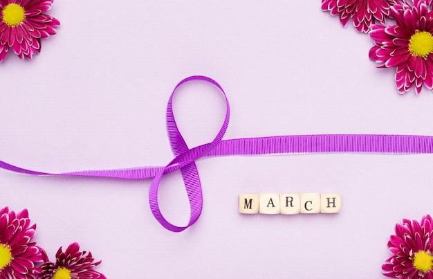 Fleurs et symbole du ruban du 8 mars