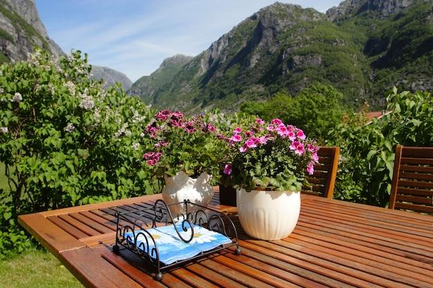 Fleurs sur une table au jardin et montagnes en arrière-plan