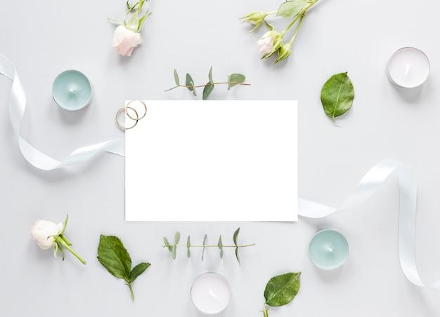 Fleurs sur table et invitation de mariage