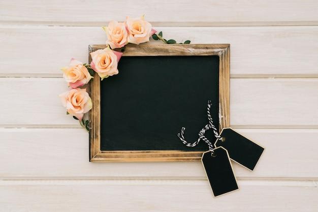 Fleurs, tableau noir et étiquettes