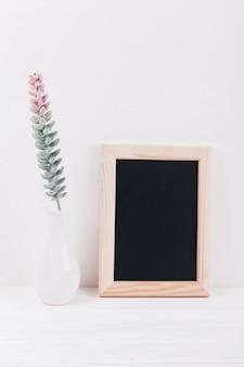 Fleurs avec un tableau
