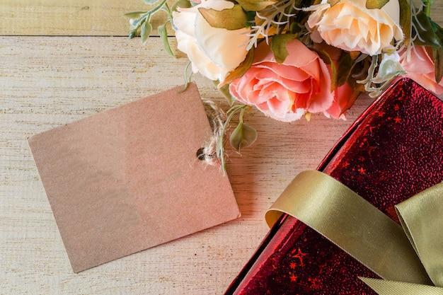 Fleurs et tag avec boîte-cadeau