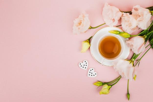 Fleurs et thé dans l'espace de copie