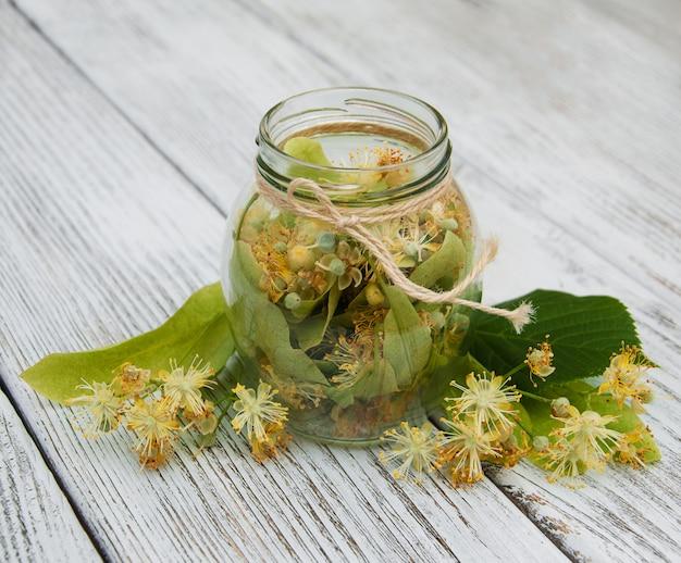Fleurs de tilleul dans un bocal