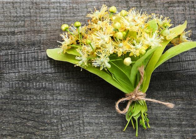 Fleurs de tilleul sur la table