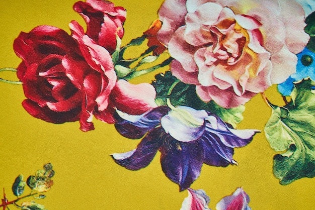 Fleurs tirées sur un mur jaune