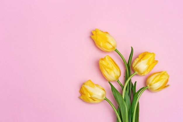 Fleurs de tulipe en fleurs sur une surface rose