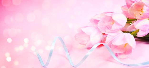 Fleurs de tulipe rose et ruban bleu