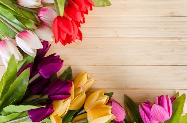 Fleurs de tulipes arrangées avec une surface pour votre texte