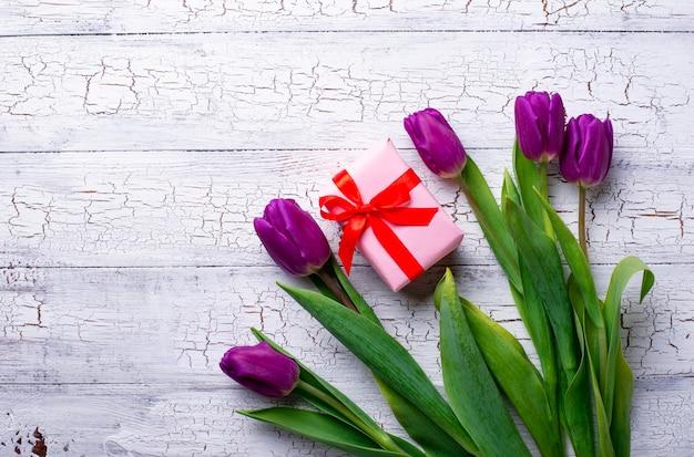Fleurs de tulipes et coffret cadeau.