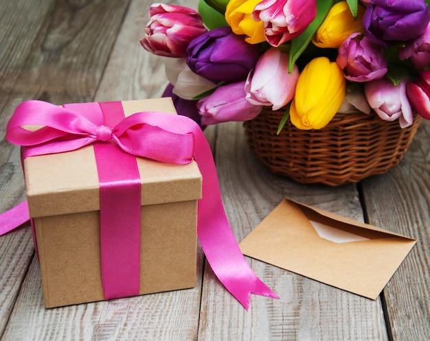 Fleurs de tulipes printanières et coffret cadeau