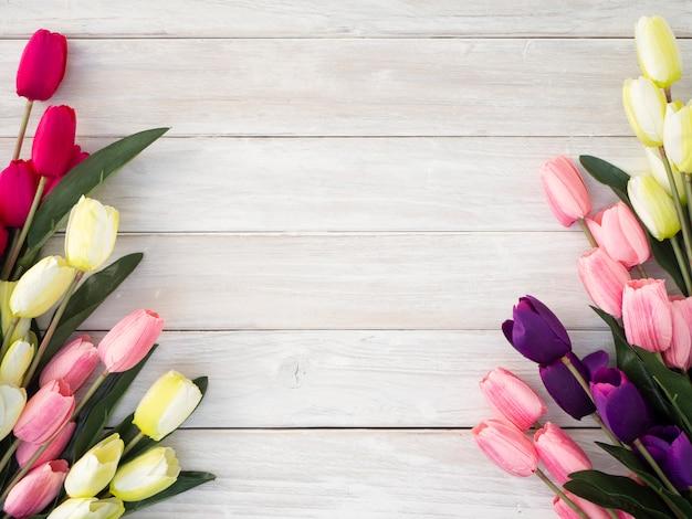 Fleurs de tulipes printanières sur un vieux bois
