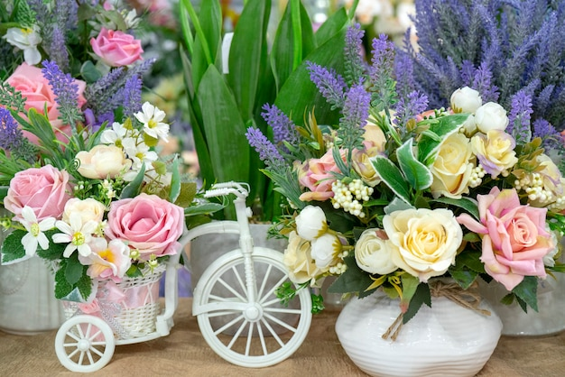 Fleurs et vélo blanc.
