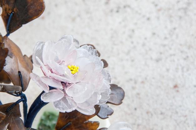 Fleurs en verre vintage sur béton.