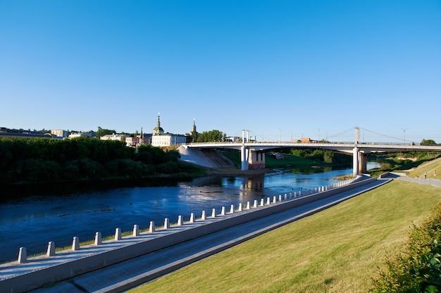 Le fleuve dnipro et le pont. vue de smolensk. russie