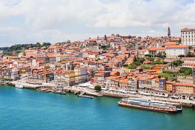 Fleuve douro et bateaux traditionnels à porto, portugal