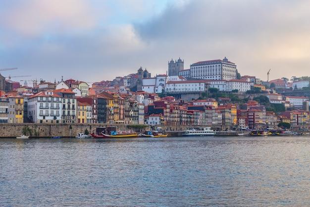 Le fleuve douro à travers la ville portugaise de porto.